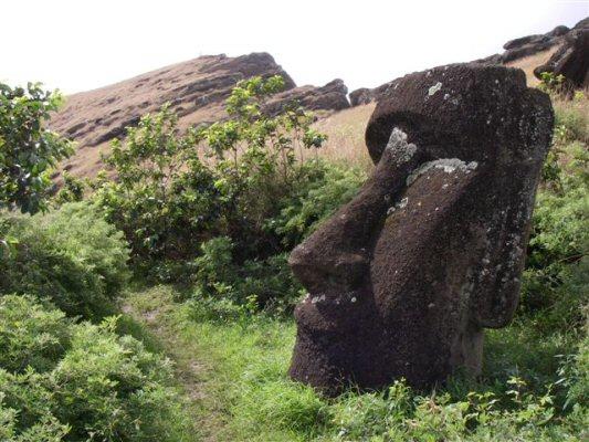 moai på indersiden af krateret